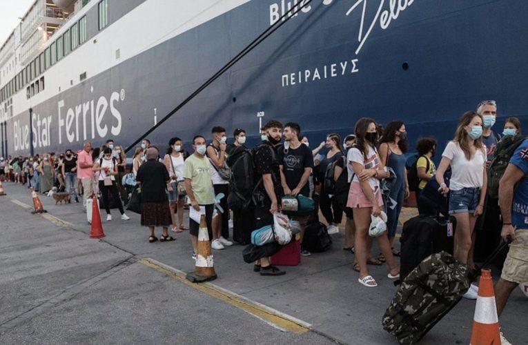 Κορονοϊός: Αυξημένη κίνηση και ουρές στα λιμάνια της χώρας λόγω των αυστηρών ελέγχων