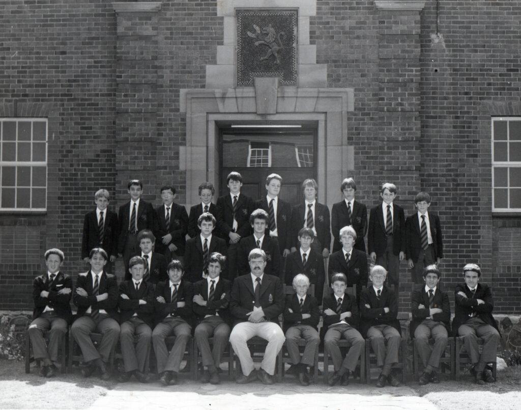 Μαθητές μπροστά σε σχολείο στο Γιοχάνεσμπουργκ, στις αρχές της δεκαετίας του '80, στη Ν. Αφρική.