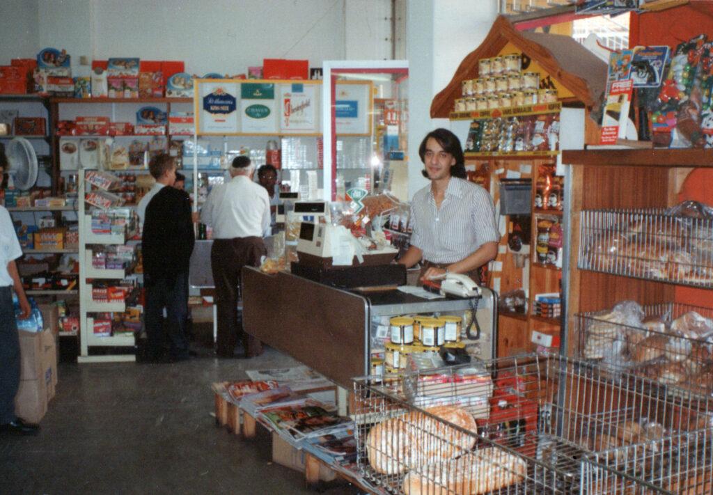 Ο κ. Χρήστος Καπούτσης, δουλεύει στο ταμείο της οικογενειακής επιχείρησης σούπερ μάρκετ στη Ν. Αφρική.
