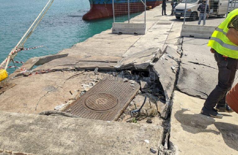 Χανιά: Οι θυελλώδεις άνεμοι «κάρφωσαν» πλοίο στο Λιμάνι της Σούδας (pics)