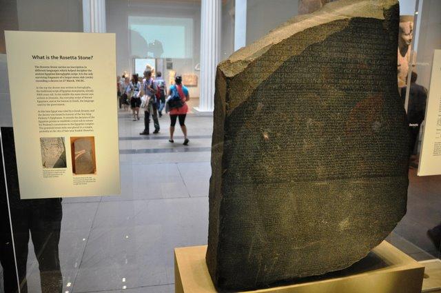 Το μυστήριο της στήλης της Ροζέττας: Πώς τα αρχαία ελληνικά αποκρυπτογράφησαν τα ιερογλυφικά της Αιγύπτου