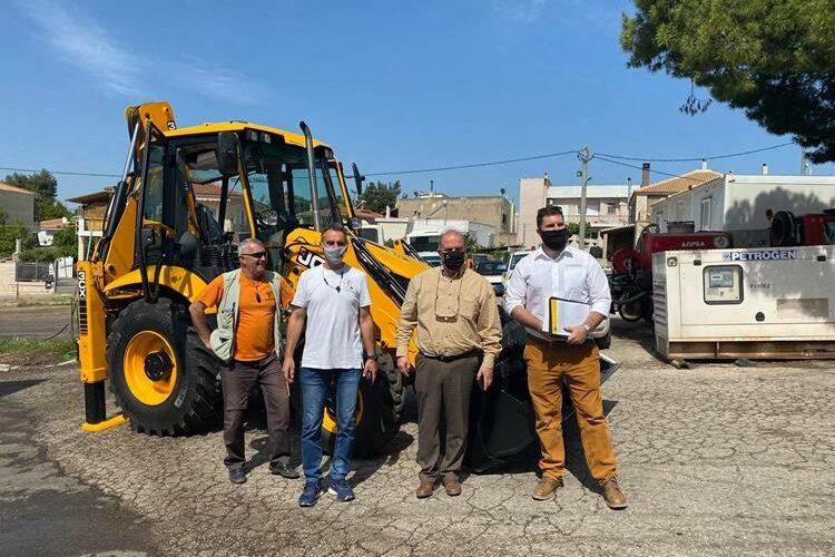 Ενισχύεται ο στόλος του Δήμου Διονύσου με ένα νέο Εσκαφέα Φορτωτή και ένα επικαθήμενο όχημα-νταλίκα