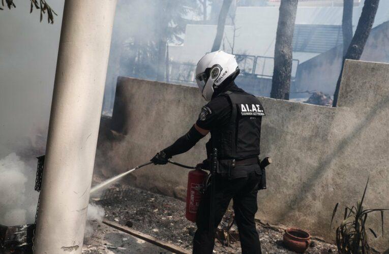 Φωτιά στη Σταμάτα-Αυτοθυσία επέδειξαν οι αστυνομικοί