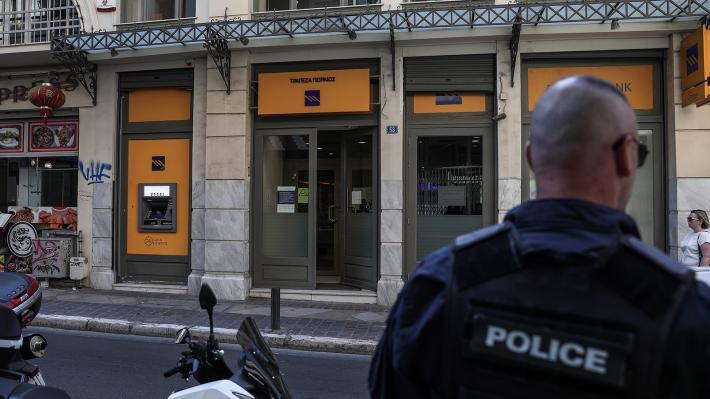 Με βαρύ οπλισμό εισέβαλαν σε τράπεζα ληστές στο κέντρο της Αθήνας