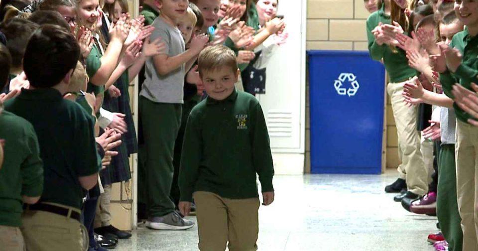 Συγκίνηση για τον 6χρονο που πάλευε με τη λευχαιμία τρία χρόνια - Επέστρεψε στο σχολείο του
