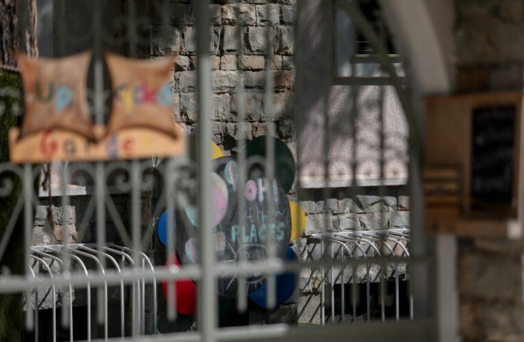 Σε κατάσταση σοκ το 2χρονο κοριτσάκι που ξέχασαν δεμένο μέσα σε σχολικό