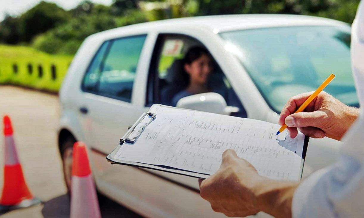 Στο τιμόνι από τα 17: Τι αλλάζει στα διπλώματα και τις εξετάσεις οδήγησης
